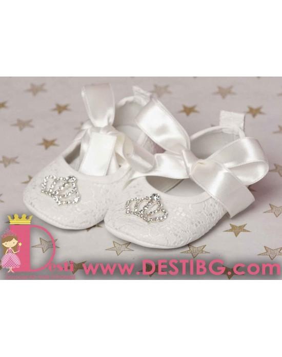 Меки бели обувки с корона